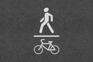 Какие существуют проблемы выделения и обозначения велосипедных и пешеходных дорожек в Беларуси согласно ПДД и СТБ 1300