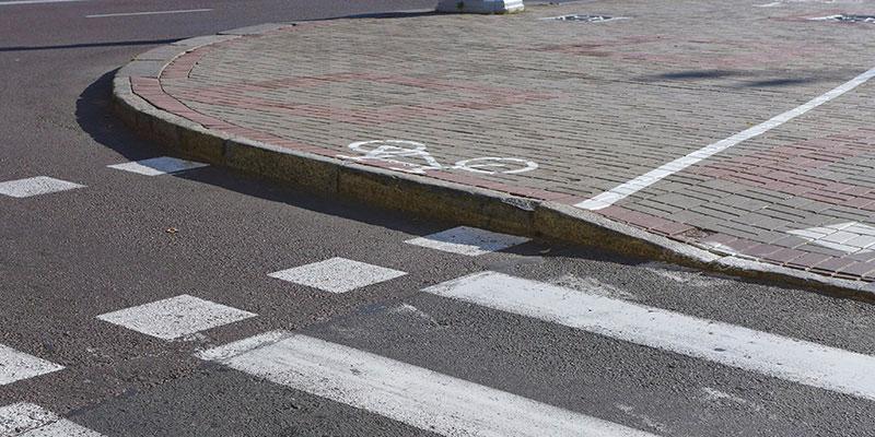 Бордюр занижен только на пешеходной части тротуара